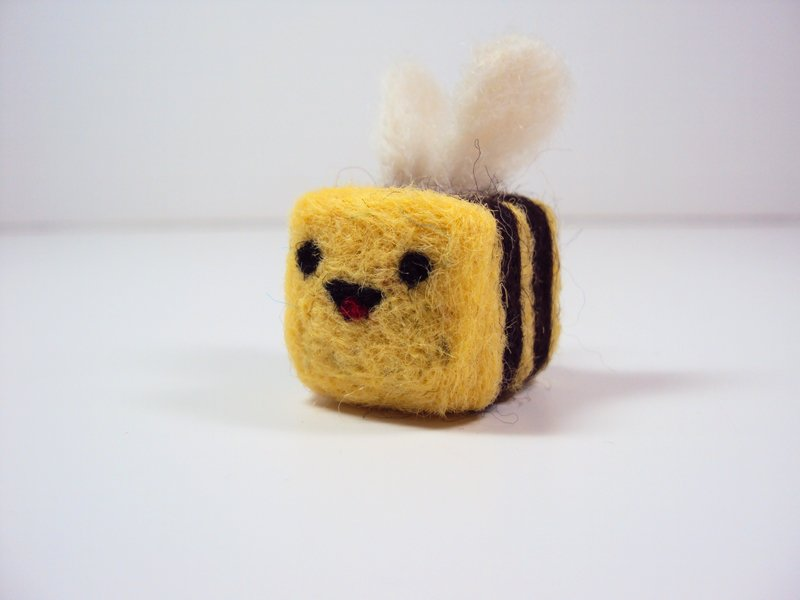Here's a little square bee I made a long time ago with a heart on its butt. <3 https://t.co/g6RH67o4ys