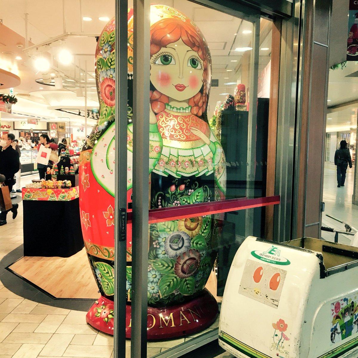 ぎゃー 上野駅構内のマトリョーシカ屋可愛い…!期間限定のお店らしい。たまらんな。マトリョーシカのピアス買った。 https://t.co/tJLyh03Khc
