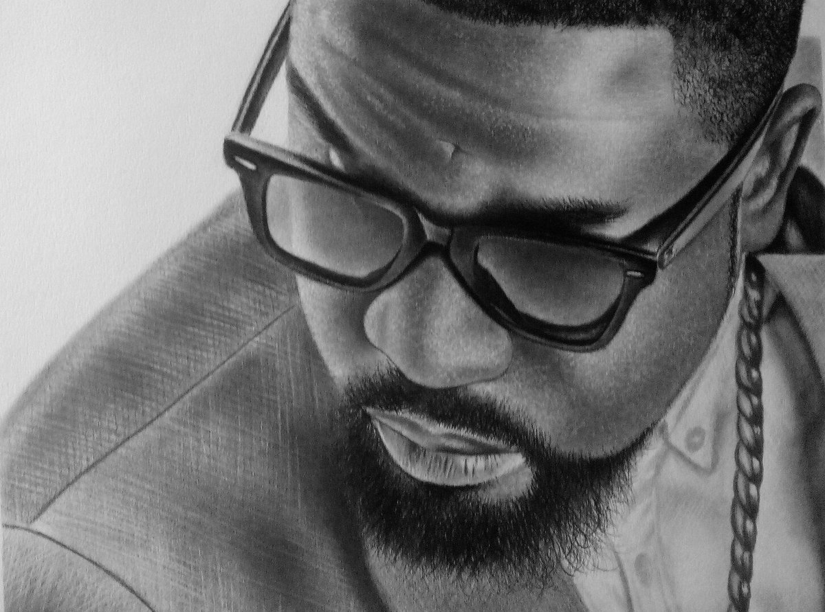 Sarkodie drawing photos under town