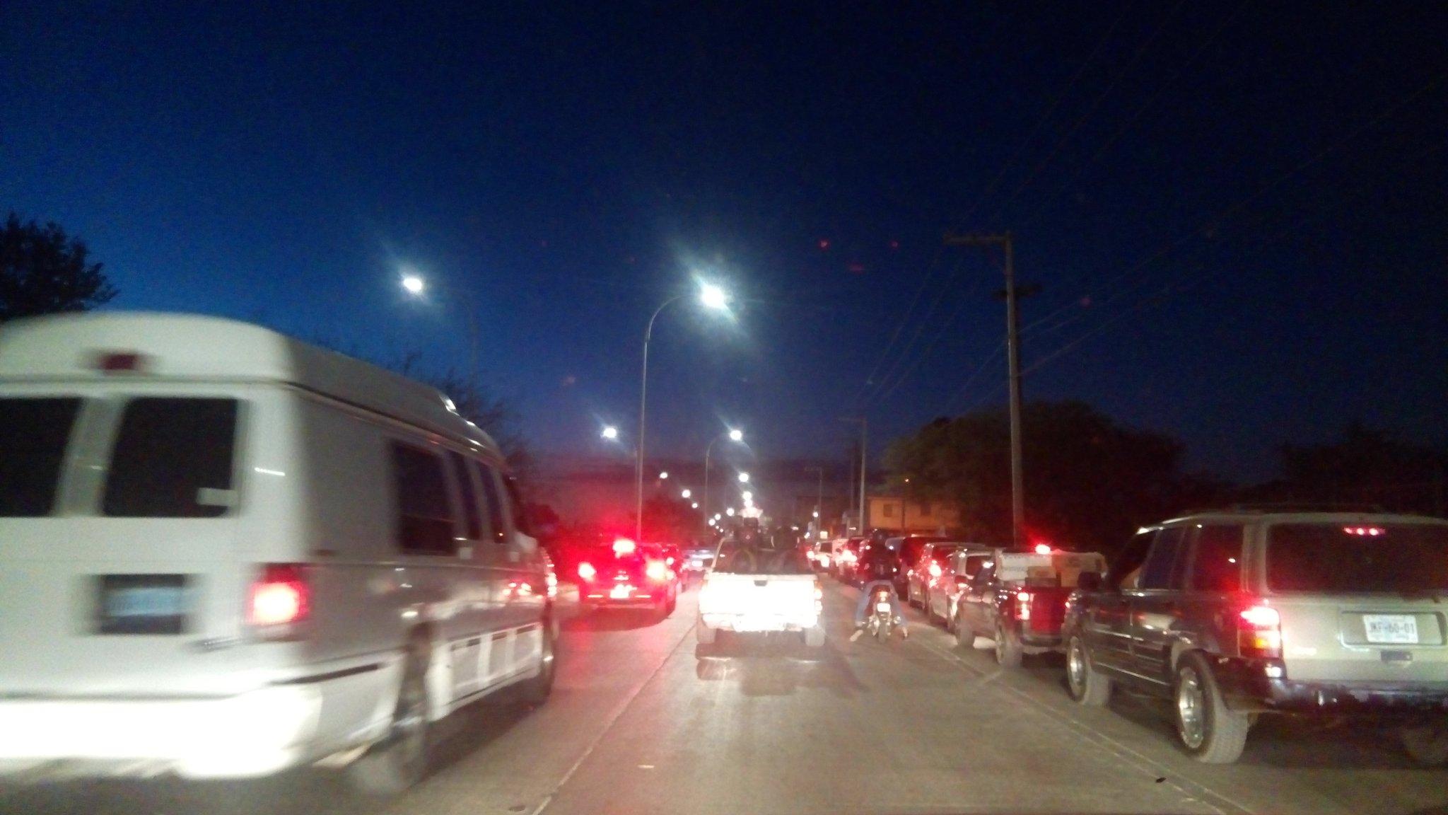 Trafico lento en Blvd. Timoteo Lozano causado por las filas para cargar en gasolinera de la esquina de San Pedro @vialidad_leon #Precaucion https://t.co/36DlT2gWlJ