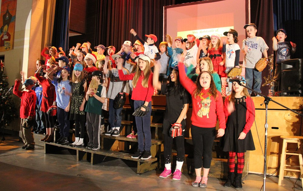 VIDEO: The students in #Bracebridge put on a great show for their families in #Bracebridge. @SMCDSB_MMO  https://t.co/MO2dtjcekl https://t.co/g84ajKDE7v