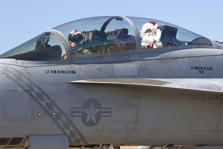 少し前に行われたVFA-102 Diamondbacksの子どものためのクリスマスパーティに、サンタさんはスーパーホーネットにのって登場。 https://t.co/v7H6zurA51