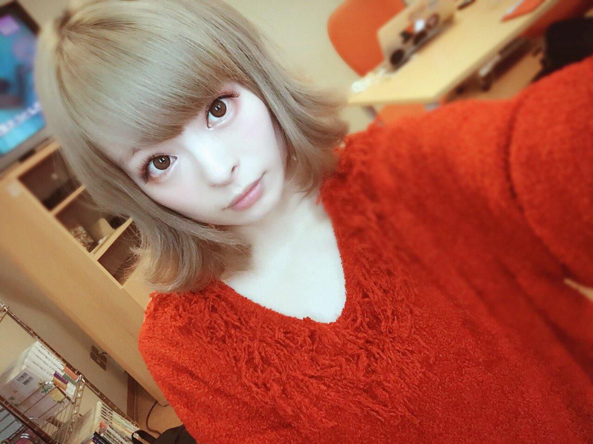 赤いセーターが可愛いきゃりーぱみゅぱみゅ