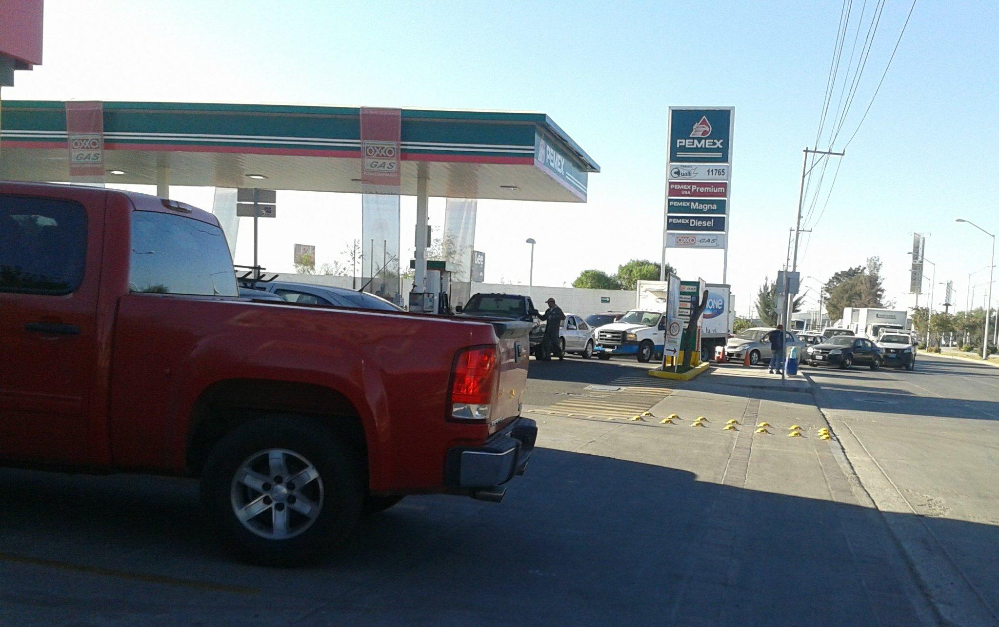 Situación Sentimental: en una peregrinación de gasolinera en gasolinera, #DesabastoDeGasolina en León Guanajuato https://t.co/46qgPbecX4