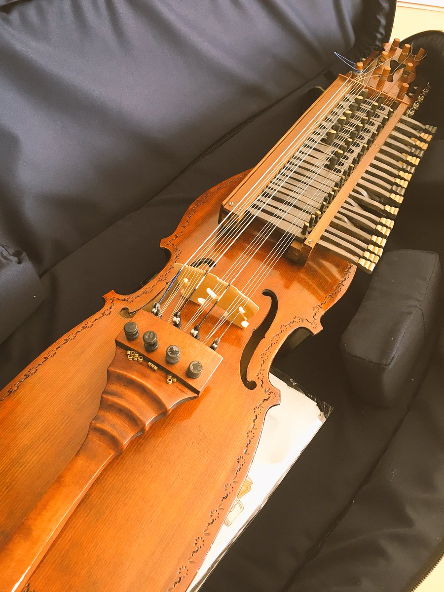 私のおうちにある三大素敵弦楽器たち。 https://t.co/gmwl6pnLBF