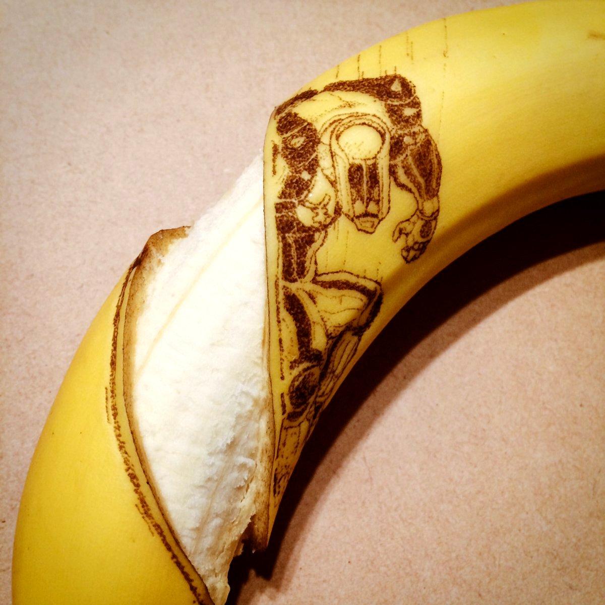 あらためてここ3ヶ月で彫ったジョジョバナナ。 ザ・ハンドに削り取られるバナナと、 ヘブンズドアーで読まれる康一くんバナナ。 ありがとうございました。 #jojo_anime https://t.co/b5fHJAGQWB