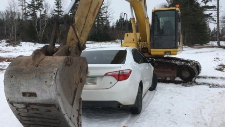 'Certainly a first I've seen that': Alleged impaired driver stopped by excavator https://t.co/V5PQxMgmEw #pei https://t.co/k2ZpMSb0Q0
