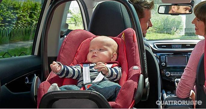 Entrano in vigore le nuove regole sui seggiolini auto per il trasporto dei bambini