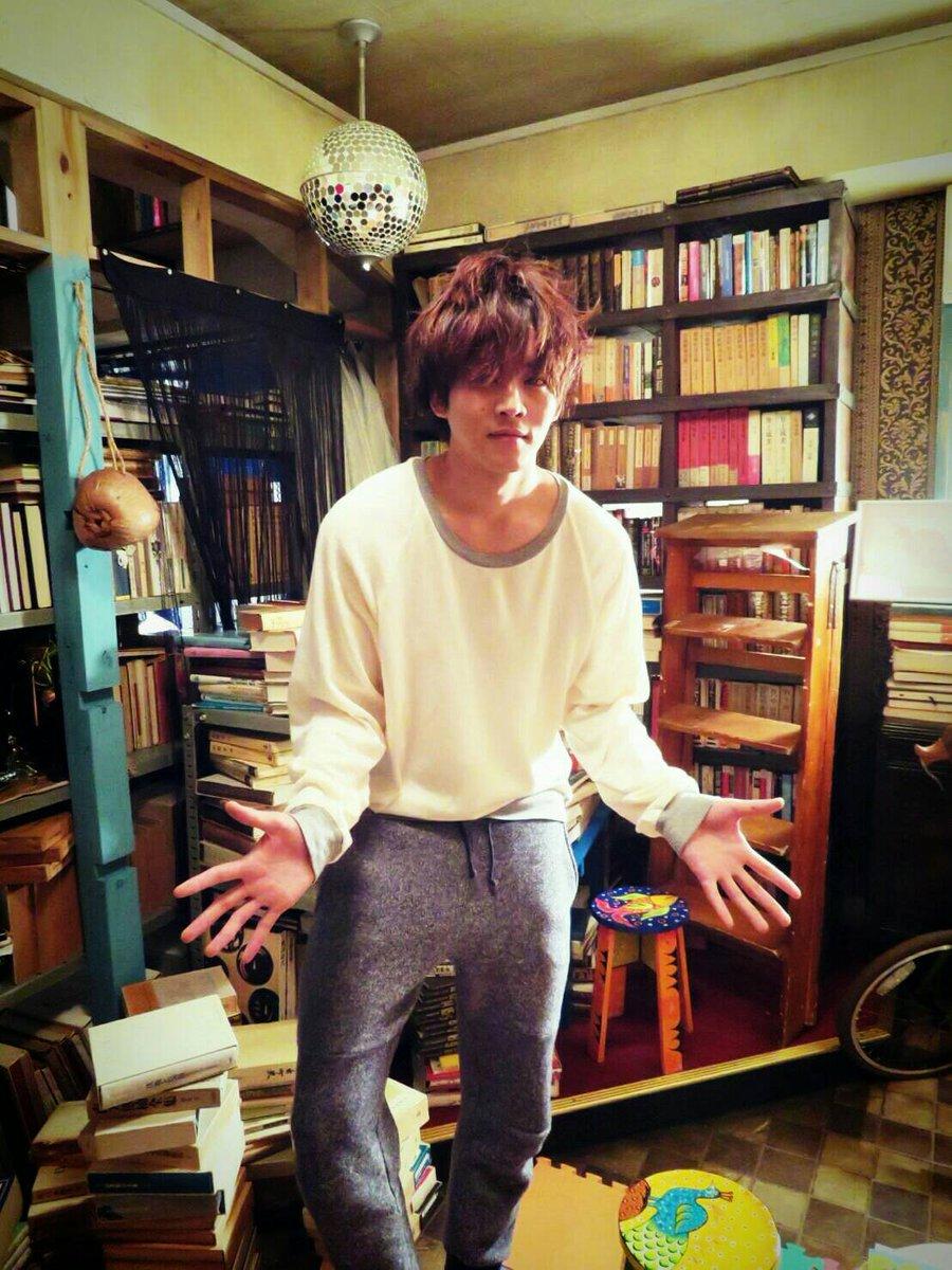本棚の前の松坂桃李
