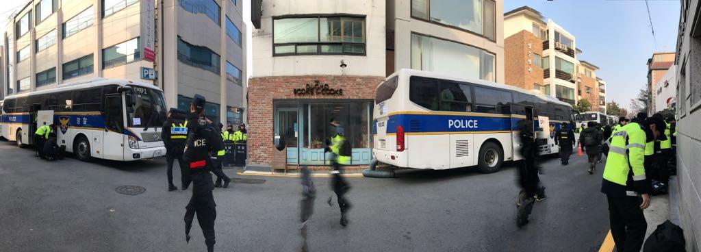 오늘의 두오모   아침부터 싸우고 싸워 겨우 두오모는 경찰차로 가리지 못하게 했습니다만 어쨌든 차벽과 경찰들 사이에서 크리스마스 이브를 맞고 있습니다. 오시는 분들께 죄송하고 감사합니다. https://t.co/JCP4fnBPWd