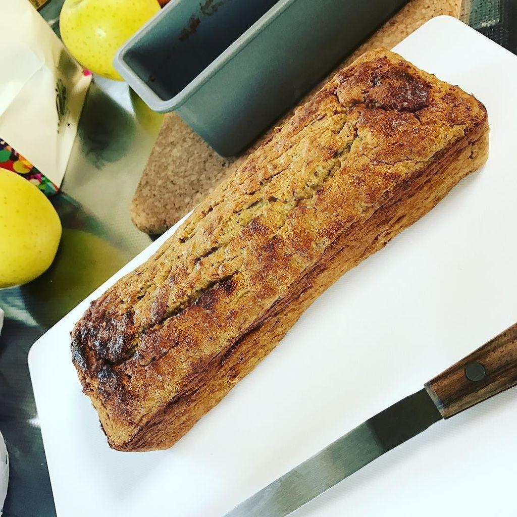 プロテインケーキを作ってみたよ…! 粉物はプロテインとシナモンのみ。。卵みっつとリンゴとナッツ類と…あとはココナッツオイルかな。。美味しくできてるかな…。。どきどき。 https://t.co/d3ImqOCuyF https://t.co/s10boEkx2O