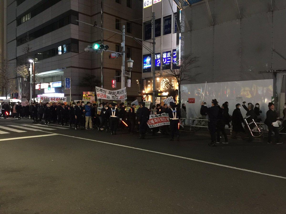도쿄 신주쿠역 니시구치 현재 행진중이네요. https://t.co/WWsyNQWvBd