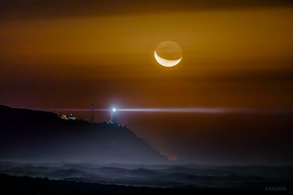 岬に昇る月。(本日未明、静岡県にて撮影)1年前から計画していた構図でしたが、たいへんな強風の中での撮影になりました。 pic.twitter.com/6FUiresN4C