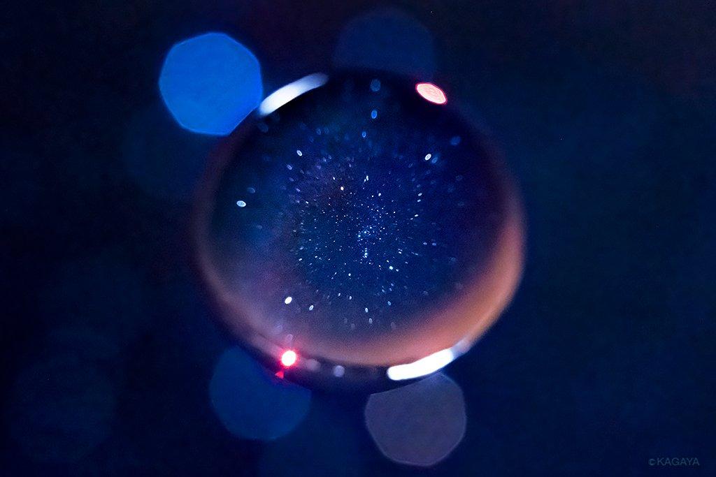 冬の夜空の贈り物。ガラス玉の中(向こう)にはオリオンと周りの星々が写りました(昨年北海道にて撮影)。ステキなクリスマスをお過ごしください。 pic.twitter.com/87K8QsuijQ