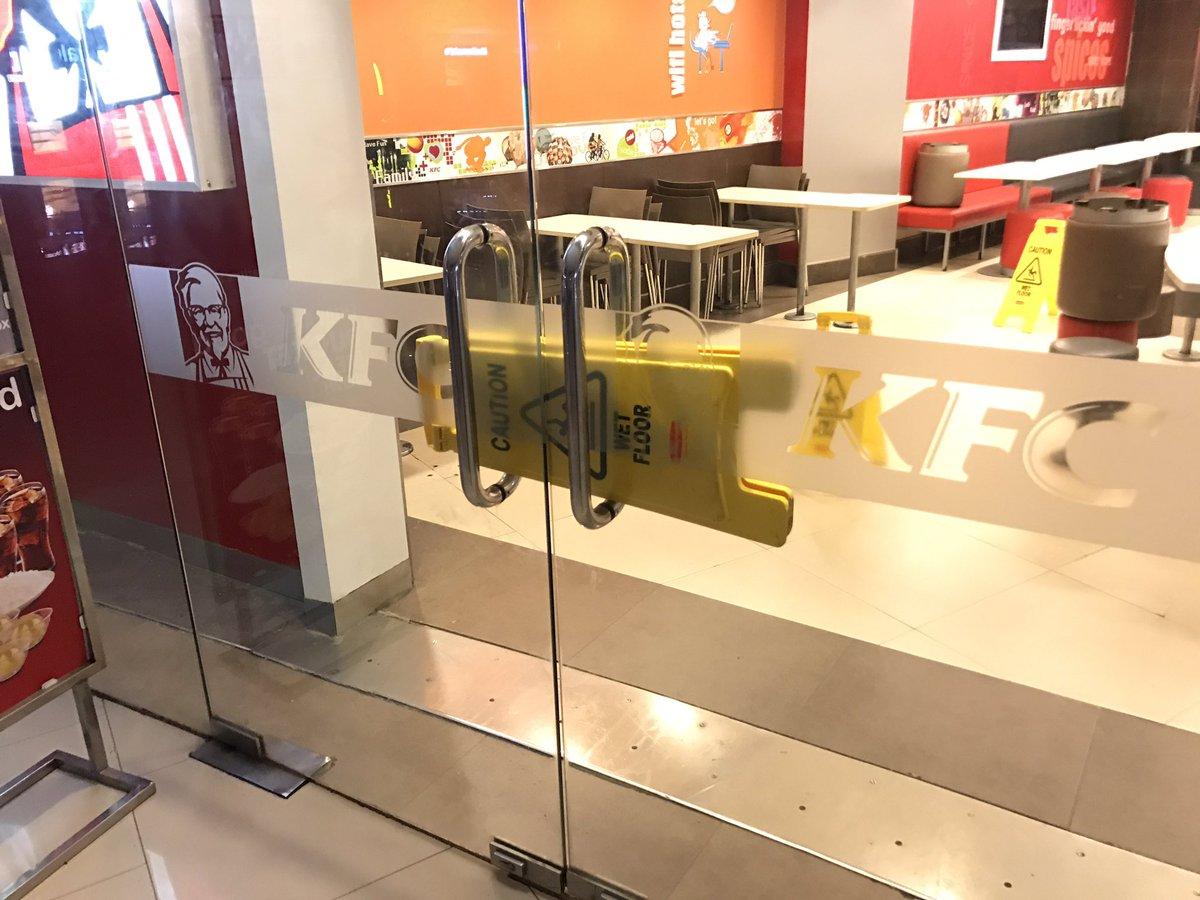 閉店時間のKFCから絶対に入店させない意思を感じる https://t.co/UkRxKhO6Sm