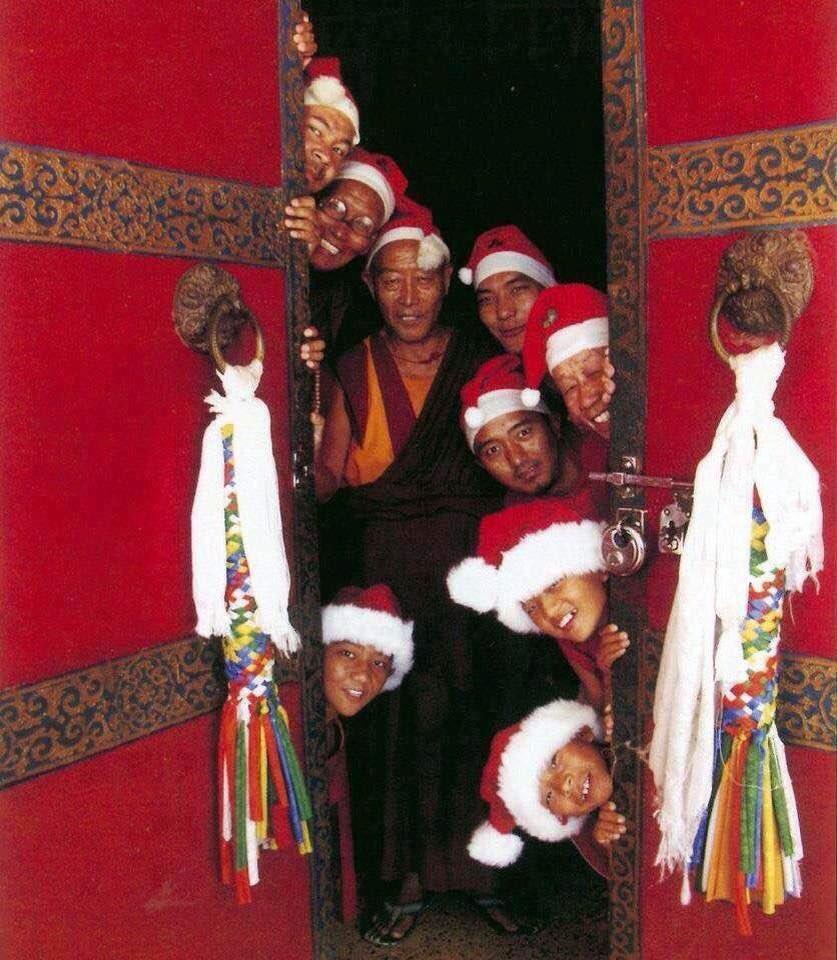 メリークリスマス!  チベットの僧侶たちより 数年前の写真だけど、やはりこの写真がベストだ! https://t.co/IlUKqgHhH2