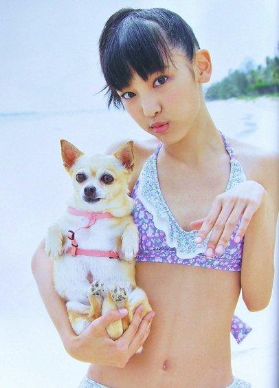 犬と一緒に撮影している飯窪春菜の画像♪