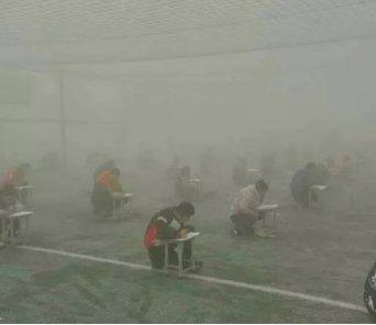 毒霧の中、カンニング対策の屋外テストを開催し校長クビに。 https://t.co/9Y4XbBNtdw https://t.co/ib9gBcn9EV