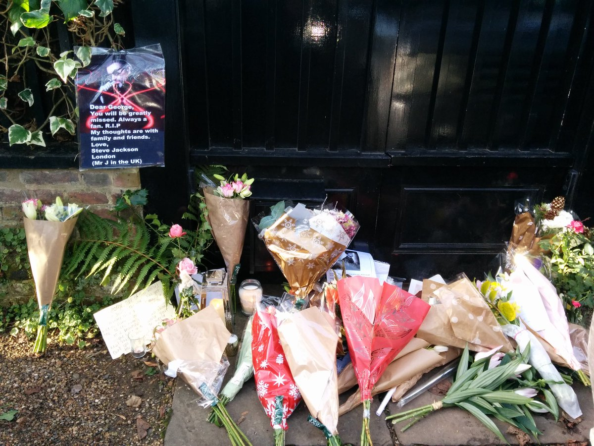 Lovely to see people pay their respects to @GeorgeMichael at his home in Hampstead. https://t.co/bGDAkSXwiI