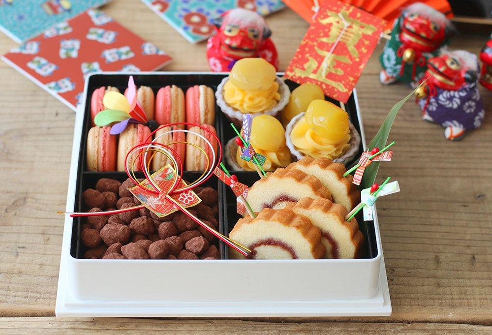 vivianさんの【スイーツおせち一の重】紅白マカロン、栗きんとんタルト、黒豆ショコラ、伊達巻きロールケーキを詰め込んだ、とっても華やかなおせち♪ https://t.co/UIkOS8gsoe #お菓子作り好きな人と繋がりたい https://t.co/ewX9wG03T2