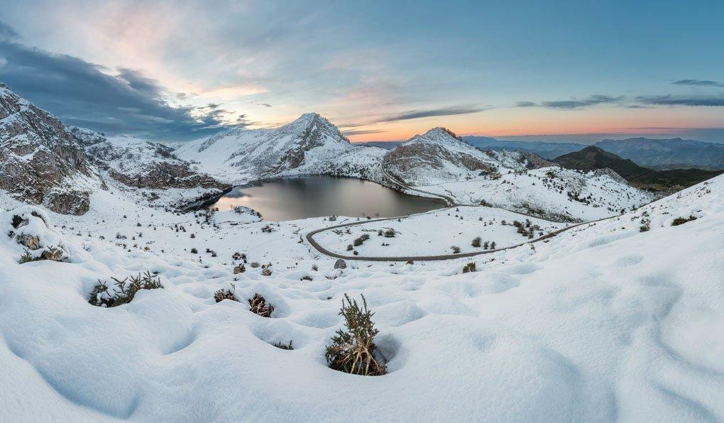 ¿Qué tal si nos adentramos en #PicosDeEuropa y en sus preciosos lagos para nuestra #RutaDeDomingo?  ¡Feliz e invernal día!<br>http://pic.twitter.com/FncgGrK9px