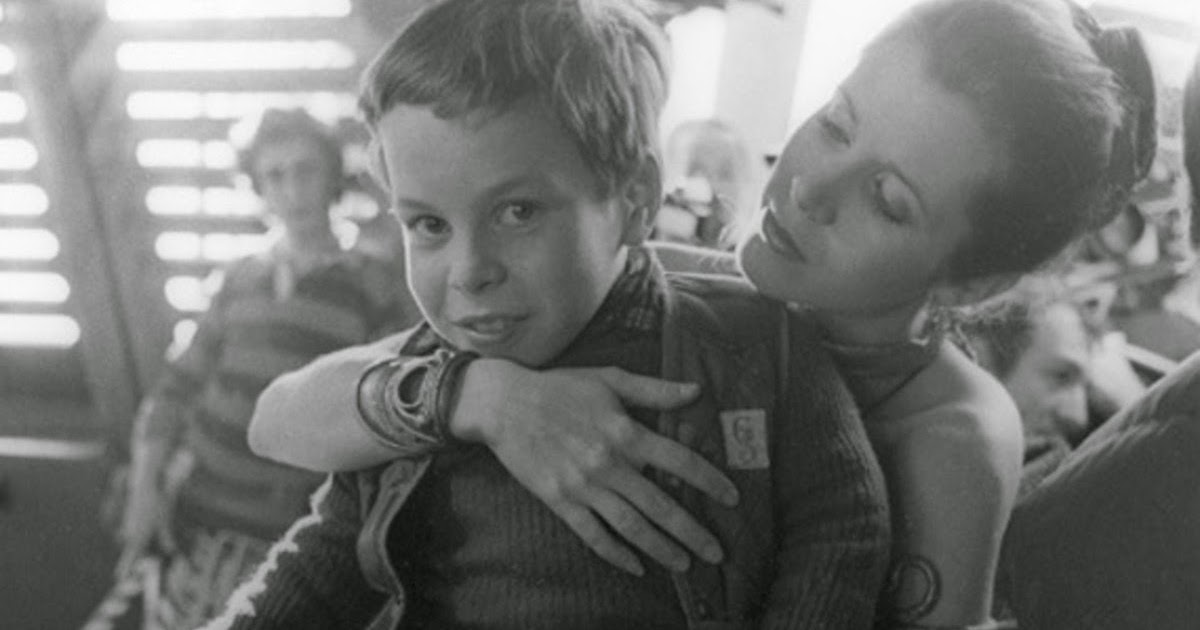Carrie Fisher with a very young Warwick Davis on the set of Return of the Jedi https://t.co/5IEOzIsgqO
