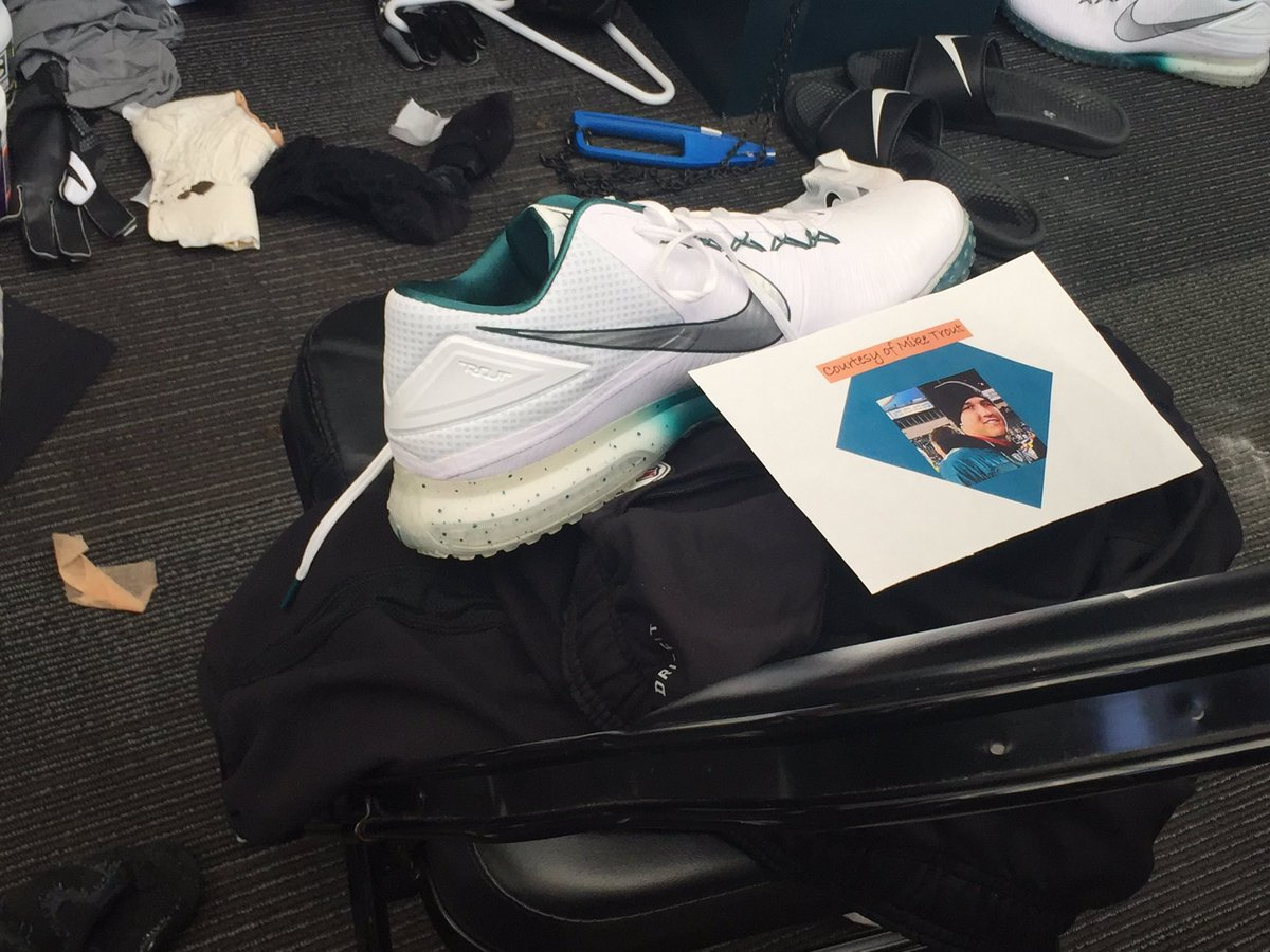 Mike Trout gave shoes to every player on the Eagles who wear Nikes: https://t.co/CmhtkFQSY2