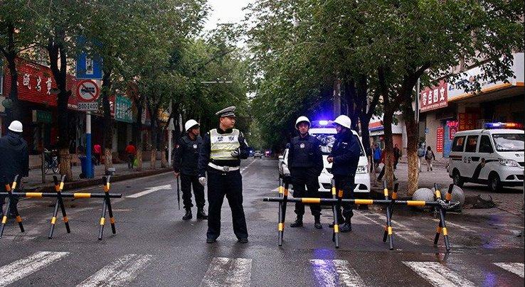 #China Cuatro atacantes suicidas intentan hacer estallar un edificio gubernamental.