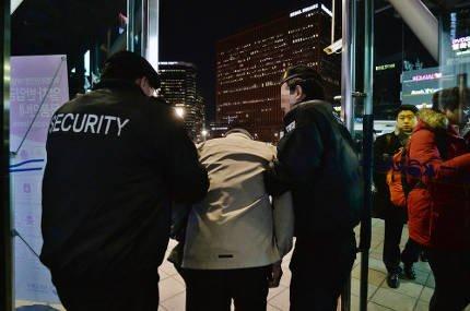반기문 민생행보라는 서민 코스프레 사진 찍으려고 서울역 노숙인을 쫓아냈단다.  딱 이명박 딱 박근혜수준이다.  정말 정말 새누리스럽다. https://t.co/tSj8SNwxcC