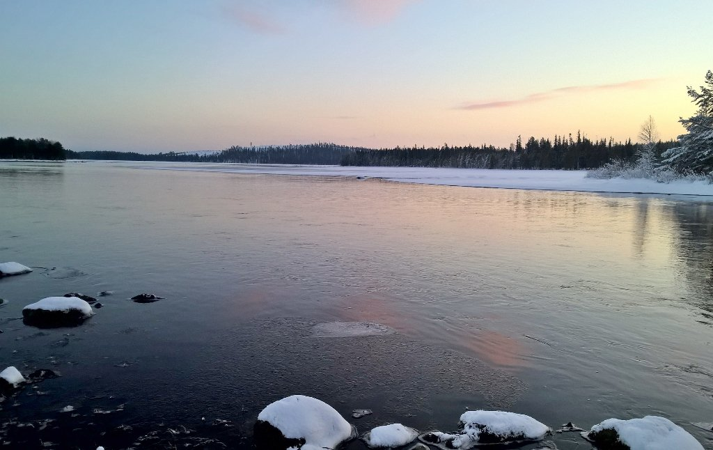 Aurinko nousee tammikuisena aamuna. #Kiveskoski #Kitkajoki #Kuusamo <br>http://pic.twitter.com/NRJL0x4A89