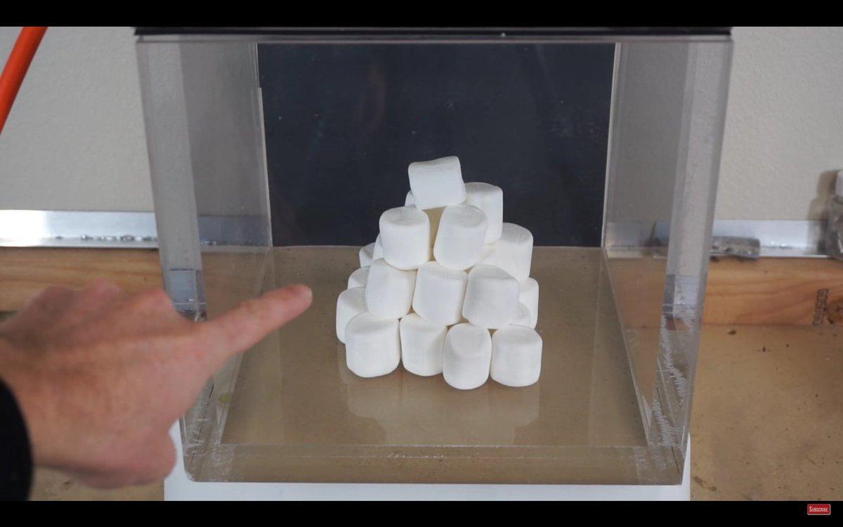 진공에 마시멜로우를 넣으니깐 합성처럼 크기가 균일하게 비율로 커지네요, ㅋㅋ 다시 1기압으로 돌려놓으니 건포도 처럼 쪼그라들음! ㅋㅋㅋ https://t.co/4D55j2Zi1h