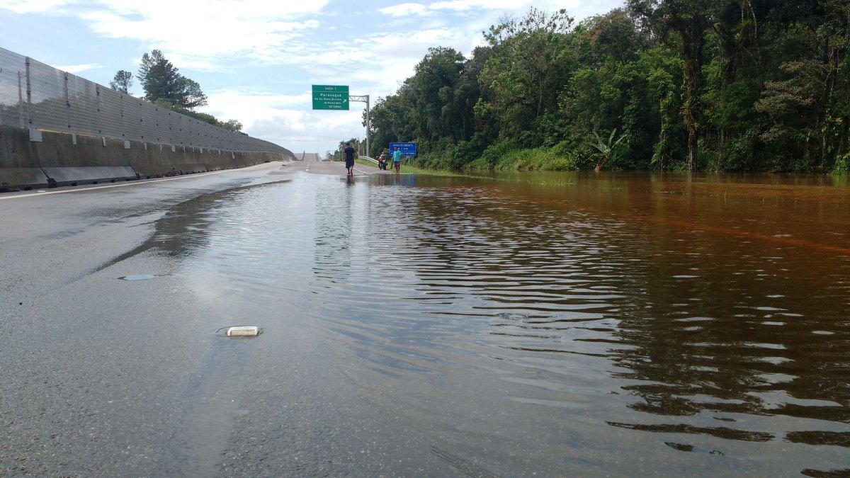 Tráfego interditado na PR-407 (km 2) sentido Litoral devido alagamento de uma faixa da rodovia. Use a PR-508. https://t.co/MOmROrO82T