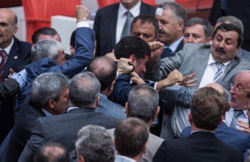 Birisi arkadan saldırmak ve mecliste şiddet mi dedi?  Bu fotoğrafı ne...