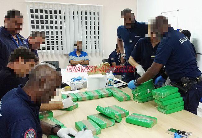 800 kg de cocaïne : la saisie record  http:// ow.ly/T5ZO307Re0b  &nbsp;   #FaitsDivers #Guadeloupe<br>http://pic.twitter.com/vivgwfrwwD