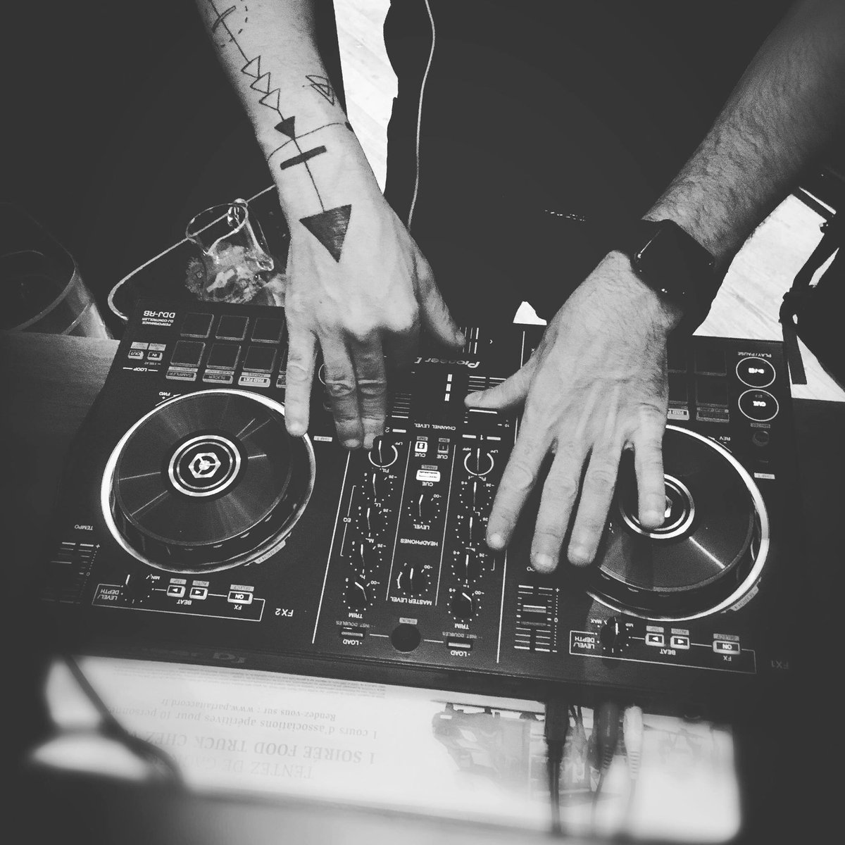 Ce soir #djset #deephouse #minimal #electro #lounge #aubureau #paris #champselyses set by @ThomasBretey<br>http://pic.twitter.com/aE5HKGxpc0