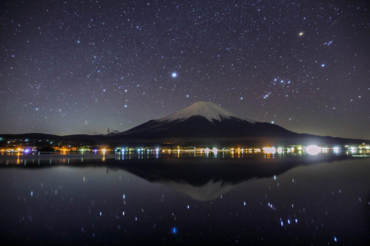 美しすぎて。山中湖の夜の水鏡 https://t.co/9VaYJbxlW9