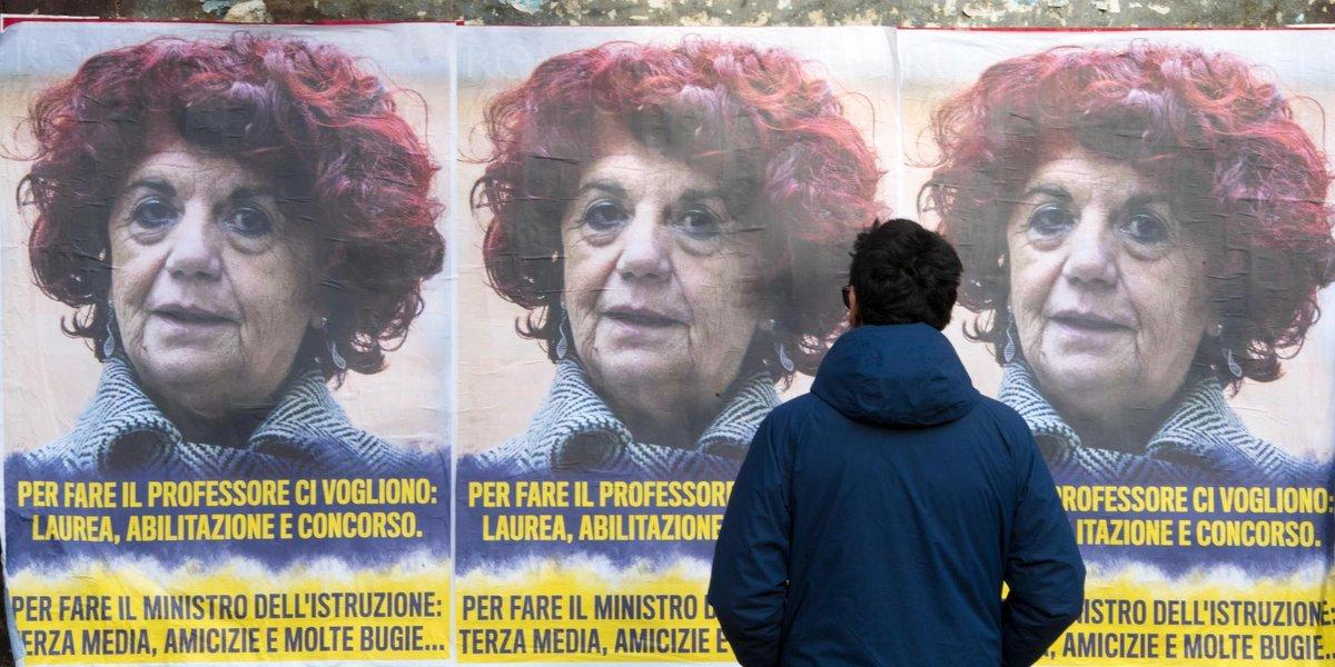 Roma tappezzata di manifesti contro la #Fedeli: 'Per fare il ministro bastano 3a media e amicizie'  https://t.co/ntZ5CfqrmD
