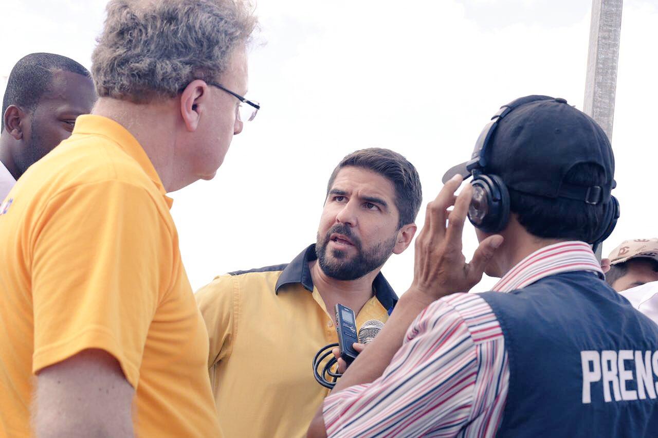 Al llegar a Esmeraldas junto a @ramiroaguilart pudimos conversar  con la prensa acerca de temas de interés para la provincia. #FuerzaEcuador https://t.co/Brk0sDBtt8
