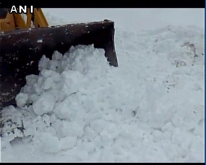 Jammu  and  Kashmir: Roads blocked in several parts in Rajouri following heavy snowfall; Border Roads Organisation conduct snow clearance work