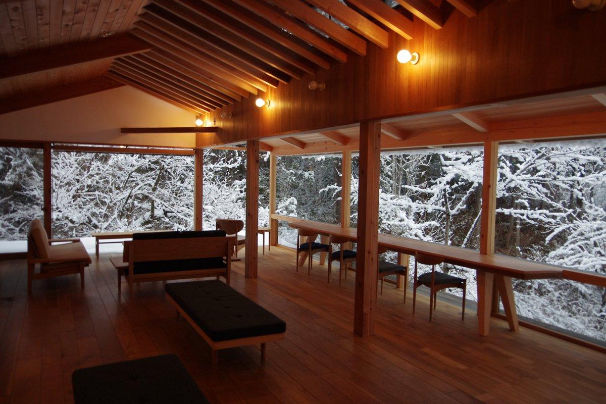 せせらぎラウンジからは、冬の飛騨の森らしい景色が見られます。 見慣れていても、毎回はっとしてしまうほどの美しさです。。 https://t.co/MdhE7jY8mD