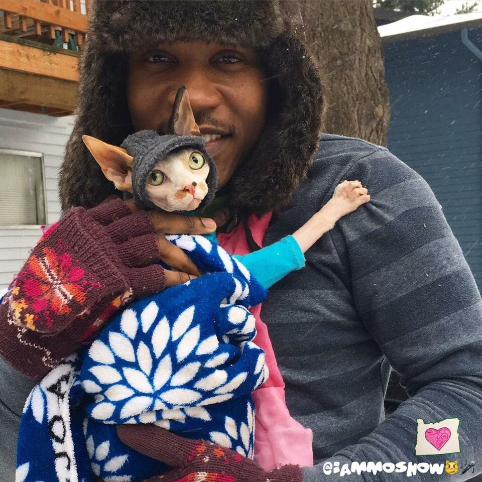 Find yourself a man or a woman that&#39;s going to keep you warm like Moshow keeps his kids in this weather  #pdxsnow <br>http://pic.twitter.com/33Nmrh25Tc
