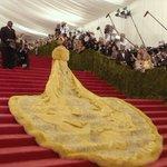 これは飯テロ女性のドレスが、どう見てもトロトロのオムレツにしか見えない!