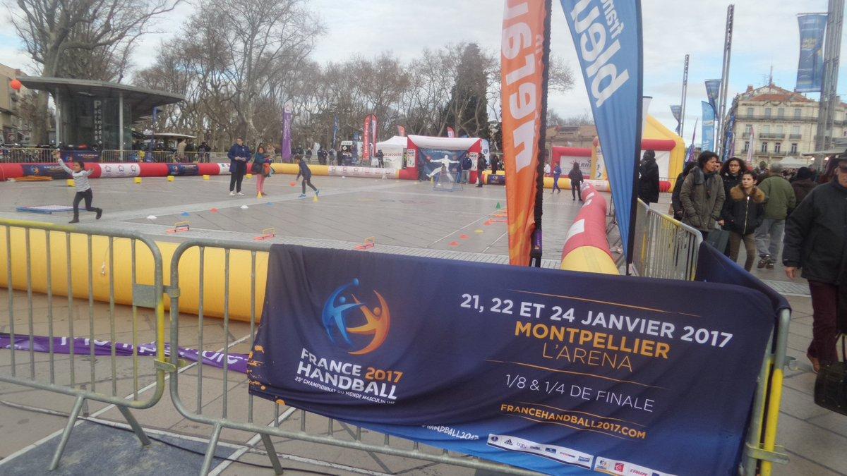Le hand fait sa pub sur la Comédie avant les matches des Mondiaux prévus les 21, 22 et 24 janvier à l&#39;Arena. #montpellier #midilibre <br>http://pic.twitter.com/1T08Ig9HEi