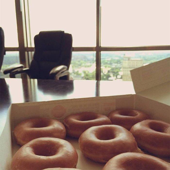 Mid-meeting doughnut delivery #ShouldBeAllowedAtWork https://t.co/2key...
