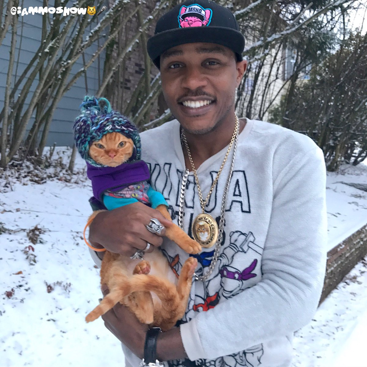 Find someone to keep you warm in the snow like the Cat Rapper keeps his cats  #kgwweather #PdxSnow<br>http://pic.twitter.com/i2KmMfJNNZ