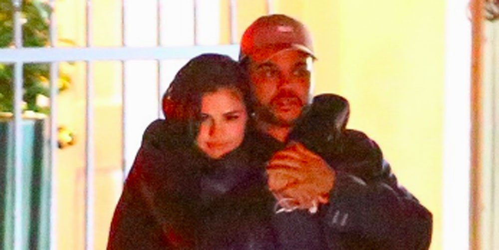 WHOA, new photos show Selena Gomez and the Weeknd kissing: https://t.c...