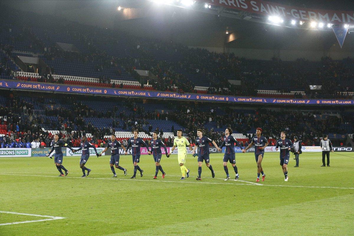 Les joueurs saluent les supporters, encore au 🔝 ce soir au Parc 👏 ! 😍...