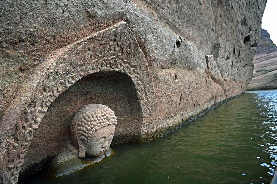 #Chine : la tête d&#39;une statue de Bouddha sculptée pendant la dynastie Ming (1368-1644) réapparaît ► http:// bit.ly/2ielwmD  &nbsp;   via @franceinfo<br>http://pic.twitter.com/tuCwk9rBJf
