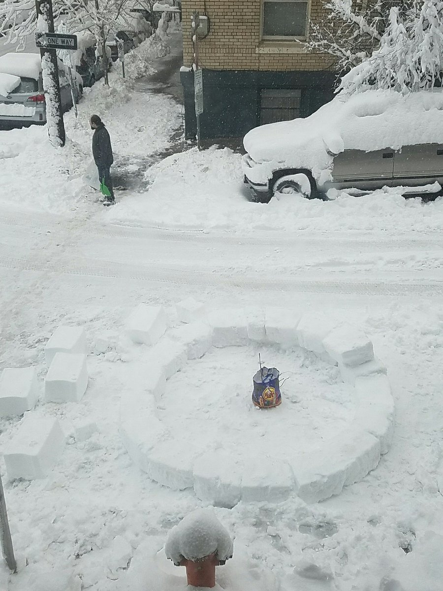 Some dude is building an igloo outside my apartment #pdxsnow #snowpocalypse2017<br>http://pic.twitter.com/UaPYzH3z0s