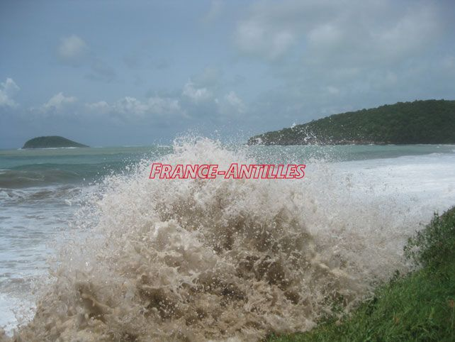 Les Iles du Nord toujours en jaune pour mer dangereuse  http:// ow.ly/XMn9307UJ9X  &nbsp;   #Environnement #Guadeloupe<br>http://pic.twitter.com/d1VAG1HqIh